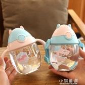 卡通幼兒園塑料杯寶寶吸管杯防摔手柄背帶兩用帶刻度兒童飲水杯子『小淇嚴選』