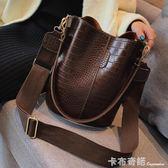 復古水桶包包女春季新款韓版潮港風寬帶大包包時尚單肩斜背包 卡布奇諾