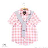 【INI】自在午後、日氛經典格紋領巾舒適上衣.粉色