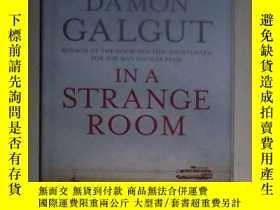 二手書博民逛書店英文原版罕見In a Strange Room by Damon