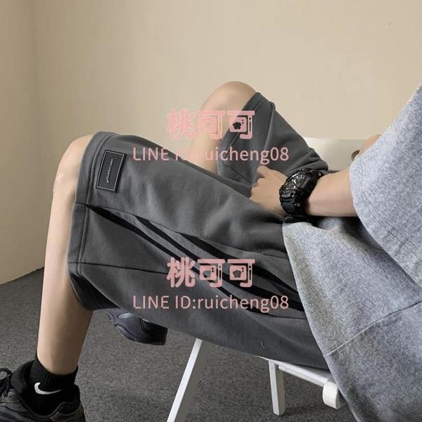 日系側邊條紋運動短褲男生港式潮流寬松五分褲學生【桃可可服飾】