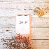 【Conifer 綠的事務】2019年 文藝小清新直式桌曆/粉