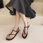 網紅涼鞋女2021夏季新款仙女風百搭超火平底鉚釘夾趾一字扣羅馬鞋 果果輕時尚