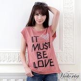 Victoria 鋁片愛心文字印花TEE-女-紅棕