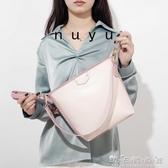 努魚水桶包女新款大容量寬帶通勤斜背包網紅包包女簡約百搭潮 晴天時尚