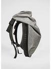 根據人體脊柱的弧線設計試著將背包打造成身體的延伸,為背部提供舒適的揹負效果,內可放15 吋筆記型電腦