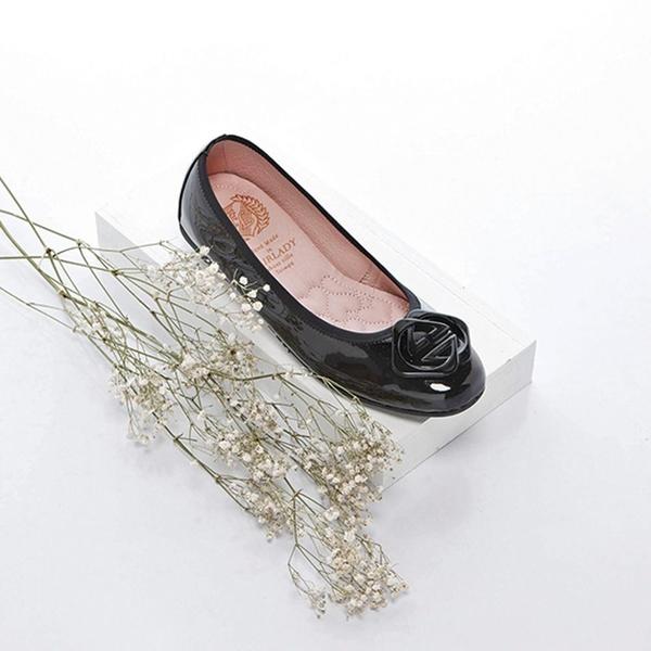 ★2018春夏新品★【Fair Lady】我的旅行日記 經典交錯菱扣漆皮圓頭平底鞋-增高版 黑
