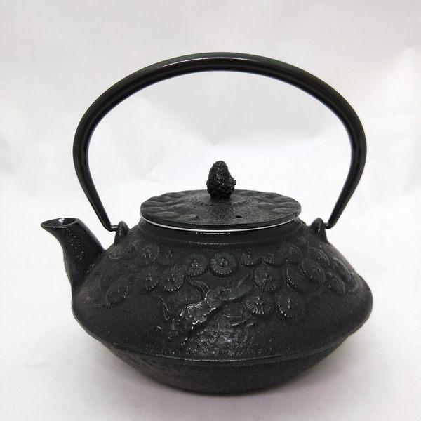 日本鑄鐵壺急須南部鐵器【鳳文堂 松樹0.7L】鑄鐵壺 茶壺 鐵茶具 手工壺 茗器