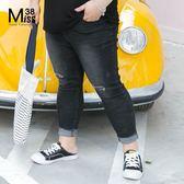 Miss38-(現貨)【A03731】破洞黑 附毛球 不收邊腳口 顯瘦彈力 大尺碼牛仔褲 內搭褲 長褲-中大尺碼