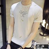 『潮段班』【HJ00T711】夏季新款 M-5L 大尺碼 素色底點綴小香蕉圖 英文印花圓領短袖上衣 T恤
