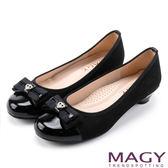 MAGY 氣質首選 特殊壓紋布料牛皮低跟鞋-黑色