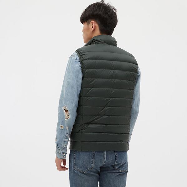 Gap男裝 輕薄款絎縫式半高領羽絨背心 595831-墨綠色