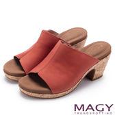 MAGY 夏日簡約風 一字寬版牛皮粗跟涼拖鞋-橘色