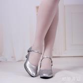中大尺碼銀色舞蹈鞋女中跟維族舞成人高跟民族風帶跟新疆民族舞鞋練功鞋 DR30277【衣好月圓】