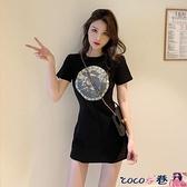 短袖連身裙 赫本風小黑裙時尚修身收腰顯瘦氣質性感包臀連身裙印花短袖t恤裙 coco衣巷