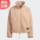 【現貨】Adidas SPORTSWEAR 女裝 外套 立領 搖粒絨 保暖 口袋 粉膚【運動世界】H24177