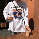(全館一件免運費)DE SHOP~(XA-1179)圓領長袖t恤學生寬鬆人物字母印花中長款上衣