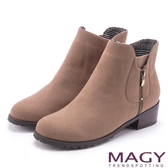 MAGY 簡約時髦 雙側拉鍊素面低跟短靴-可可