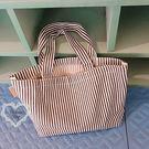 《花花創意会社》外流。海軍風細直條帆布便當包【H6416】