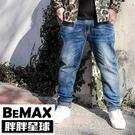 【胖胖星球】中大尺碼‧反摺圖騰造型牛仔褲...