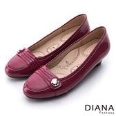 DIANA 漫步雲端布朗尼款--摺紋釦飾真皮低跟鞋-紅★特價商品恕不能換貨★
