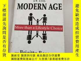 二手書博民逛書店The罕見Family in the Modern Age: More Than a Lifestyle Choi