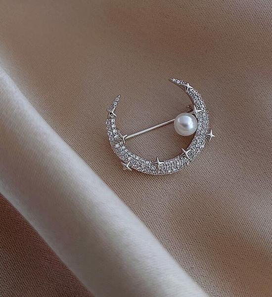 胸針 原創設計師月亮珍珠胸針可愛日系潮時尚網紅防走光扣氣質配飾【快速出貨八折搶購】