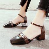 皮帶扣粗跟包頭涼鞋女一字扣帶女鞋中跟單鞋子 限時85折
