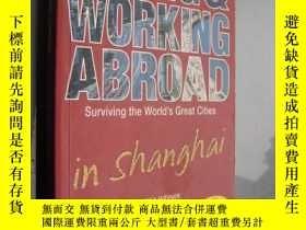 二手書博民逛書店Living罕見And Working Abroad In Sh
