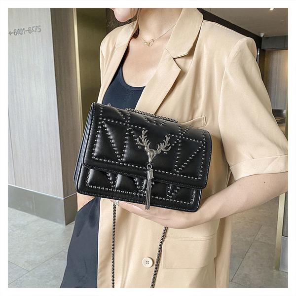 包包女新款黑色百搭時尚單肩斜跨包鉚釘流蘇小方包網紅 青木鋪子