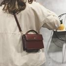 小方包高級感小包包女新款洋氣斜背包網紅勾勾小黑包質感復古小方包 俏女孩