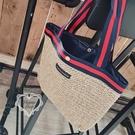 《花花創意会社》外流。韓國SPRiNG質感燙金藍紅條紋藤編手提包【H6868】