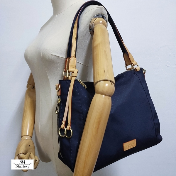 【Misstery贈零錢包】側肩包圓點圖案斜背/側肩背包-藍(防潑水面料搭配頂級植鞣革)A88-113PBU