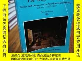 二手書博民逛書店The罕見Way We Lived: Essays and Do
