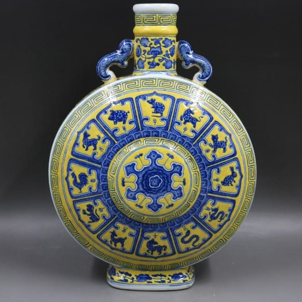 清乾隆黃地青花十二生肖紋抱月扁瓶仿古老貨瓷器家居擺件古董古玩1入