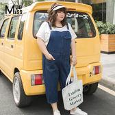 Miss38-(現貨)【A04360】大尺碼吊帶褲 經典藍色 牛仔七分褲背帶褲 寬鬆休閒 肩帶可調-中大尺碼女裝