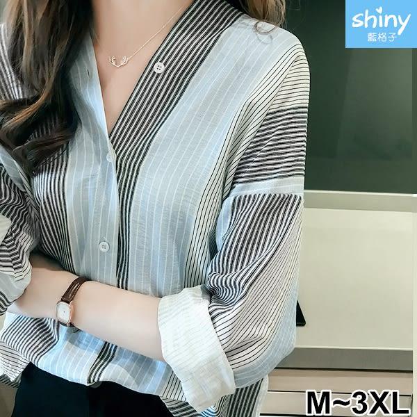 【V2599】shiny藍格子-港風韓範.前後V領寬鬆直條紋長袖襯衫