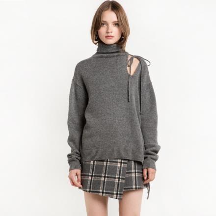 【南紡購物中心】《D Fina 時尚女裝》個性高領 露肩後背鏤空摩登綁帶毛衣