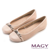 限時特賣-MAGY甜美時尚 經典牛皮壓紋LOGO銀飾娃娃鞋-粉膚