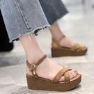 坡跟涼鞋2021年新款女夏季厚底交叉防水台鬆糕一字扣帶增高羅馬鞋【快速出貨】