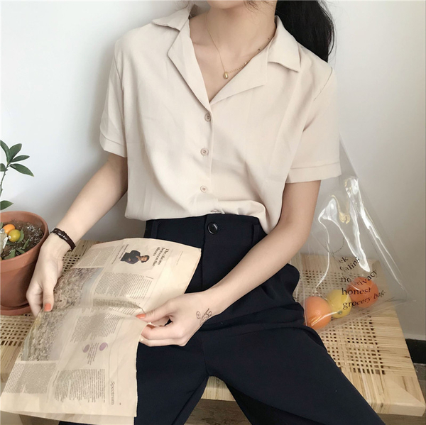 EASON SHOP(GW6357)韓版冰涼感純色薄款短版翻領V領排釦短袖雪紡襯衫女上衣服修身內搭衫閨蜜裝杏紅白