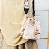 原創包包女2019新款刺繡民族風寬包帶單肩斜挎包女絲絨水桶小方包