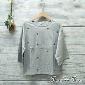 【Tiara Tiara】網路獨家 刺繡花落肩寬版長袖上衣(淺灰/深灰/咖啡)