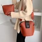 水桶包 上新小包包女2020新款韓版洋氣簡約寬帶側背包時尚百搭斜背水桶包 曼慕衣櫃
