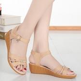 楔型鞋涼鞋女夏季真皮中跟坡跟平底女士中年媽媽軟底防滑牛筋底大碼 韓國時尚週