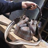 包袋包包女新款韓版百搭單肩斜挎包超火水桶包手提包 【販衣小築】