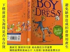 二手書博民逛書店The罕見Boy in the Dress穿裙子的男孩Y200392