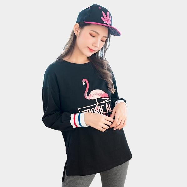 棉T--休閒風熱帶紅鶴英字刺繡寬鬆顯瘦圓領長袖長版上衣(黑.粉L-3L)-X322眼圈熊中大尺碼