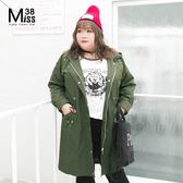 Miss38-(現貨)【A07307】大尺碼連帽外套 釘釦軍綠 拉鍊開釦 腰部抽繩 中長版 棉布風衣-中大尺碼