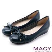 MAGY 清新氣質系女孩 鞋頭壓紋牛皮娃娃鞋-藍色